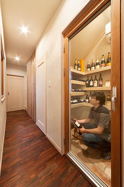 タモ材で棚を作り、壁は珪藻土で仕上げたワインセラーが暮らしに潤いをプラス