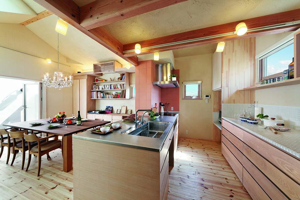 オリジナルのオーダーキッチンと背面の作業台&収納が使いやすいと好評