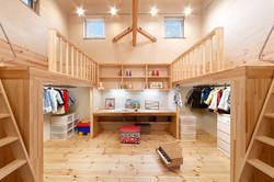 子ども室は、スタディスペースと収納、その上部のベッドを手仕事により造作