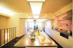 フルオープンのキッチンとダイニングテーブルは、Oh!のオリジナルデザイン