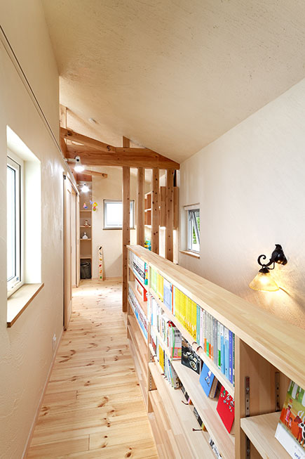 階段フェンスと本棚を兼ねることで、小さな空間も有効に活用