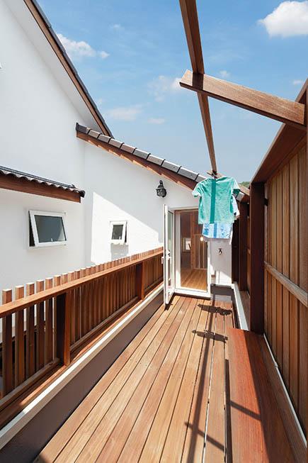 中庭に面したバルコニーは、浴室・洗面化粧室と直結させて動線を短縮