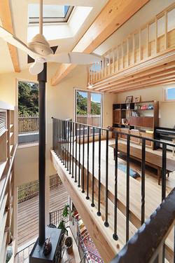 二世帯が集う1階リビング、子世帯の2階セカンドリビング、ロフトの3層構成