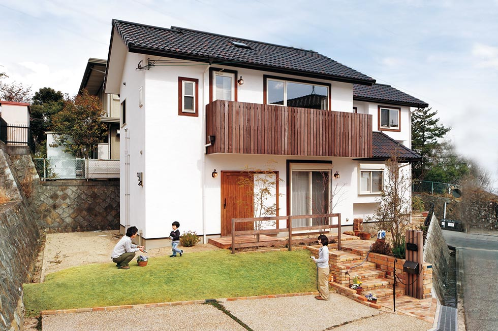 庭とつながったお洒落な家。庇を兼ねたバルコニーフェンスに洗練美が漂う