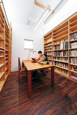 書斎には書棚を造り付け、ローズウッドの床材で落ち着いた雰囲気に