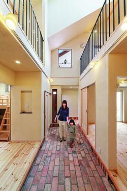 吹抜けの土間玄関(約8畳)は、空気の循環を生む中庭の役割も兼ねている