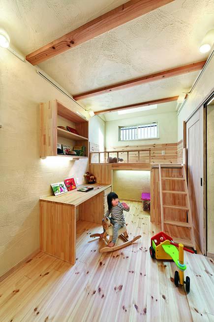 子ども室は2室に仕切ることもできる。造作ベッドや勉強机にも温もりが漂う