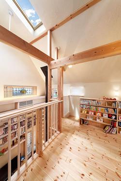 あえて個室は広くせず、吹抜けに面した2階ホールを家族の読書スペースに
