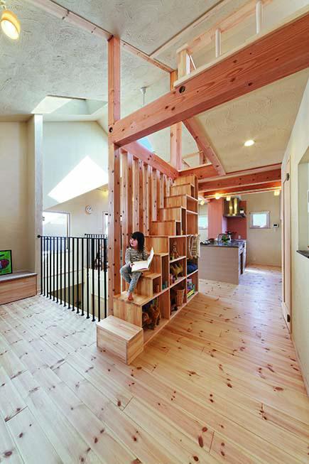 ロフトへの箱階段は収納としても活用。積み木のような空間構成が楽しい
