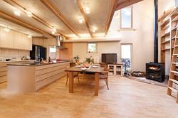 収納豊富なオリジナルキッチンや憧れの薪ストーブによって大満足の家に