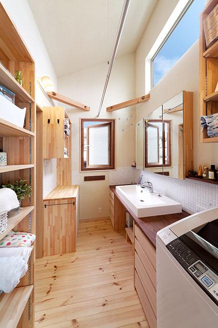 収納を造り付けた洗面化粧室。珪藻土の調湿効果で洗濯物干しも快適に