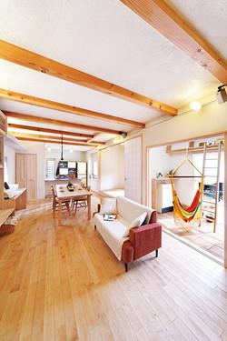 リズミカルな現しの梁、造作のテーブルや収納棚を含め、トータルに美しい