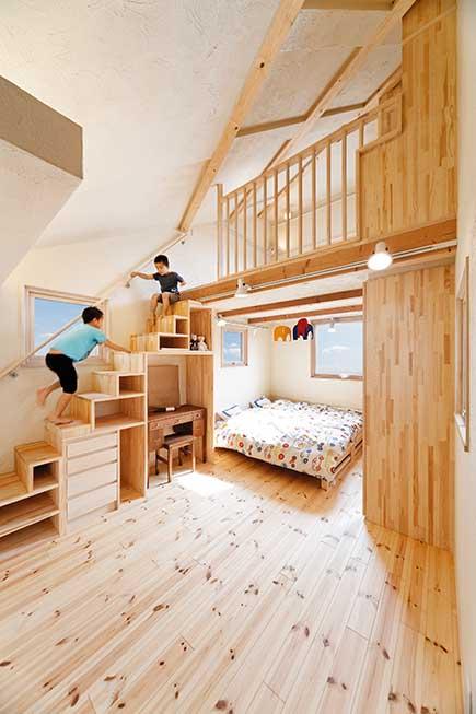 子ども室はオープンにして空間を立体活用。箱階段はジャングルジムのよう