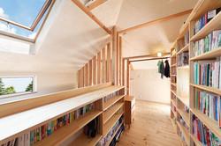 漆喰の効果で洗濯物の内干しも快適に。造作本棚で空間を無駄なく活用