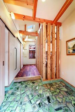 高低差のある土地形状から、玄関を2階に配置し、便利な生活動線を確保