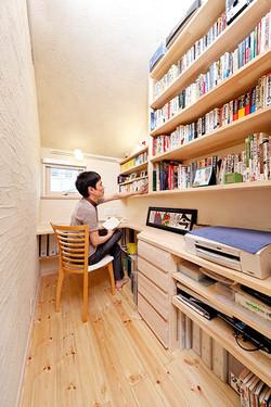 心落ち着く書斎。狭さを感じさせないよう、造作本棚も含め緻密に設計