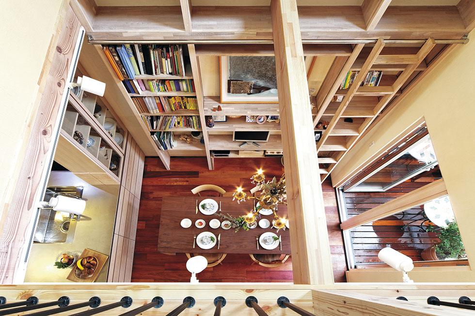 TV台を組み込んだ壁の大収納やオリジナルキッチンに手仕事の温もりが漂う