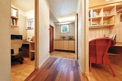 向かって左がご主人の書斎。右はお嬢さんの居室。空間活用に無駄がない