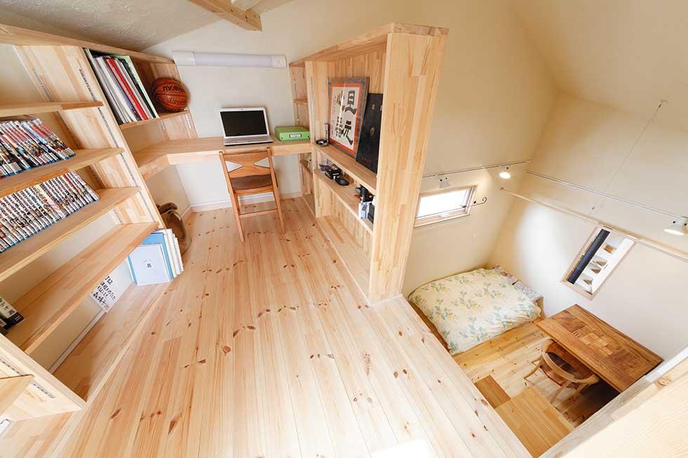 寝室上部のロフト。隣接するバルコニーにはこの部屋だけから出入りできる