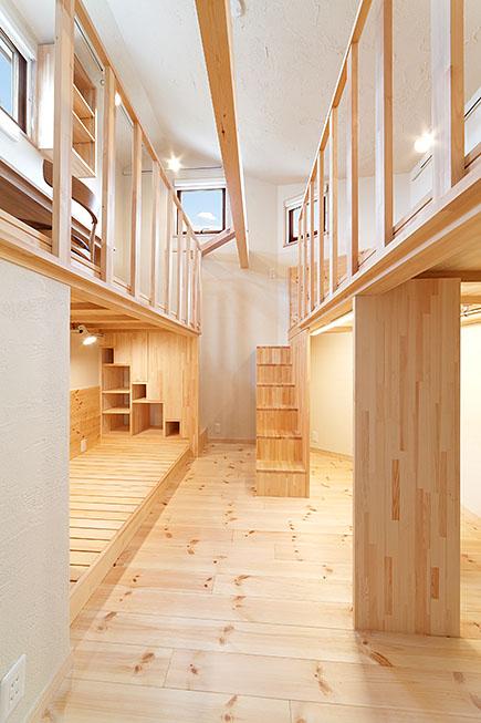 5.7畳の子ども室にはベッドを造作、さらにロフトを設けて3層構成に