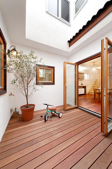 大好きな中庭では、アウトドア用シートを敷き、ピクニック気分を満喫