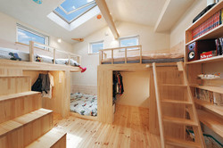 陽光に包まれた子ども室(男の子3人)。造作により空間を立体活用