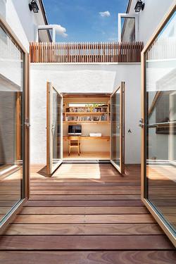 キッチンから中庭越しに書斎&図書コーナーが見える開放的なプラン