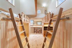 造作による子ども室は、吹抜けを介してLDKと一つながりに