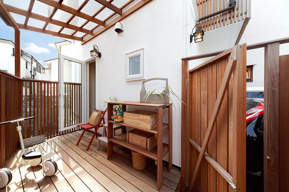 高低差のある敷地の一角を活かしたデッキテラスは、キッチンから直結