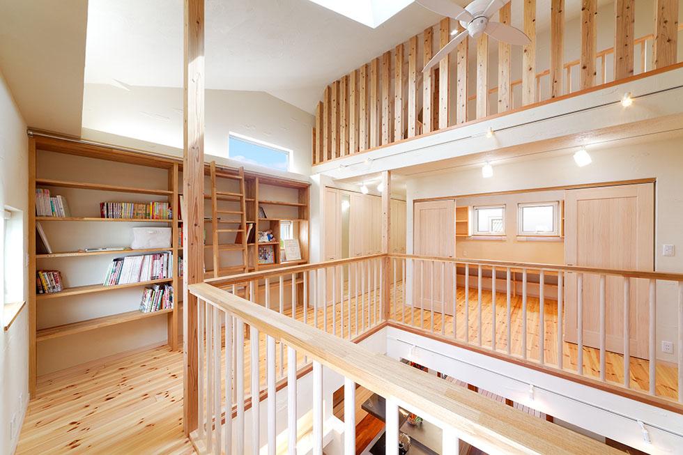 2階ホールには本棚を造作。メゾネットリビングプランの楽しさは格別