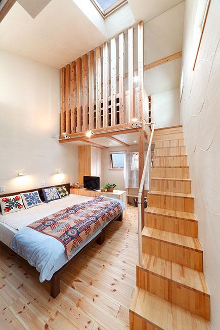 主寝室にはロフトを設け書斎コーナーに。収納を兼ねた箱階段で空間を有効活用