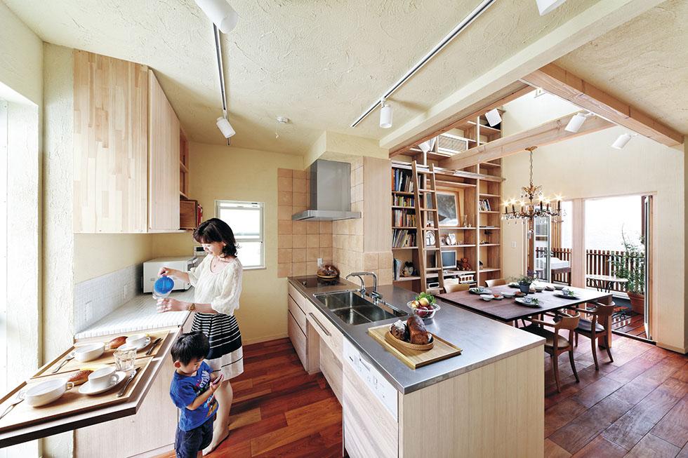 北側のキッチンがこんなに晴れやか。折りたたみ式の作業台が便利と好評