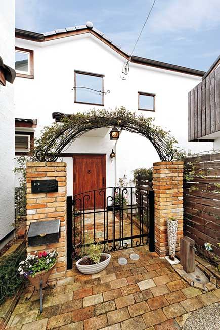 アンティーク煉瓦が華やかな印象。バラや緑が美しく育ち、Kさんらしい家に