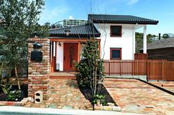 美しい屋根の形状が印象的な外観。平屋に見えるが実は玄関が2階