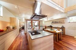 キッチンは、ワークトップとシンク側の高さを変えて最適の使い心地に