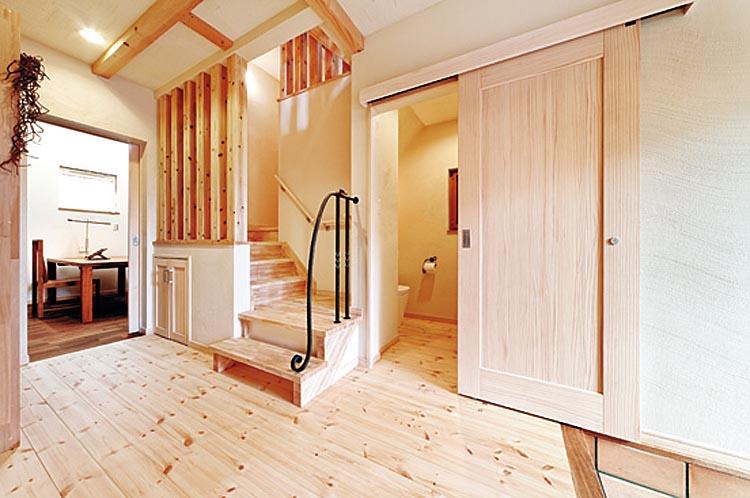 晴れやかな玄関ホール。引き戸の向こうのトイレも統一感のあるデザイン