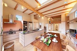 集いに最適な空間の広がりと、オリジナルキッチンの使い勝手に大満足