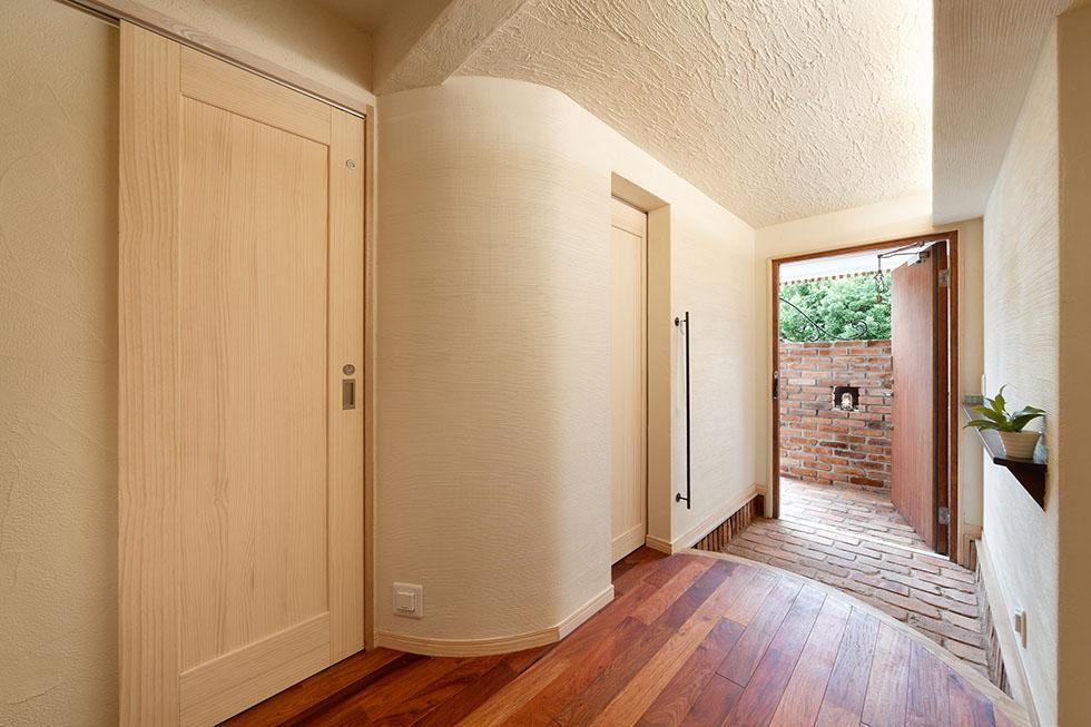 壁面をアール状にして視覚的な広がりを創出。建築化照明で趣深く