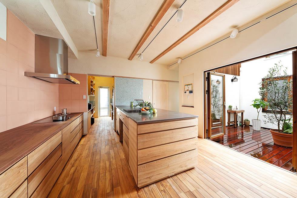 オリジナルデザインのキッチンと背面の収納は、ご夫妻が使いやすい高さに設定