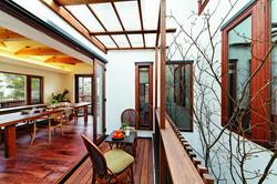中庭を最大限に活かすプランを追求。ウッドデッキを中庭スペースの約半分に