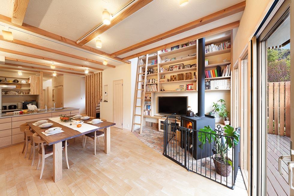 珪藻土の壁にバーチ無垢材の床、壁一面の造作本棚など、Oh!の魅力が満載