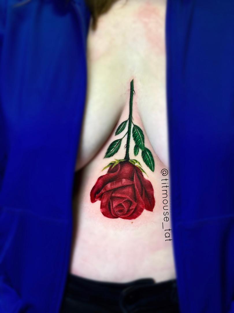 Jennifer / Titmouse - rode roos / red rose / sternum tattoo Ink Panthers Echt Tattooshop Limburg Tattoo