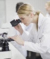 Weiblicher Wissenschaftler Mit Mikroskop