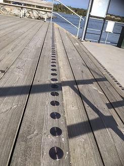 Kontrastmarkering metallpuckar trätrappa.JPG