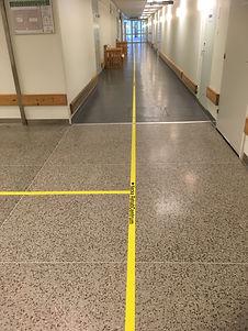 Visuellt gult ledstråk med hänvisning och pil