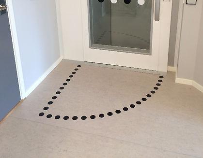 Svepyta svart kontrastmarkering för att visa dörrens slagriktning