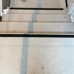 Kontrastmarkering linje trappa inomhus