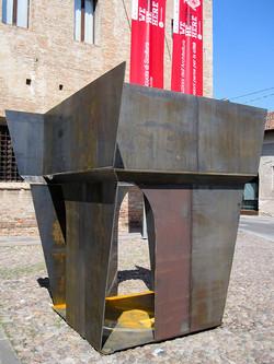 Valeria Manfredda, Skypot. Ferro, Plexiglass specchiato, 220x220x250 cm. 2014