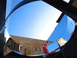Valeria Manfredda, Skypot. Ferro, Plexiglass specchiato, 220x220x250 cm. 2014 (interno)