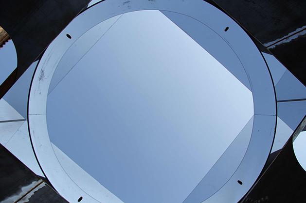 Valeria Manfredda, Skypot. Ferro, Plexiglass specchiato, 220x220x250 cm. 2014. (interno)